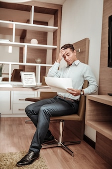 革靴。重要な国際会議の準備で忙しい感じの素敵な革の靴を履いているビジネスマン
