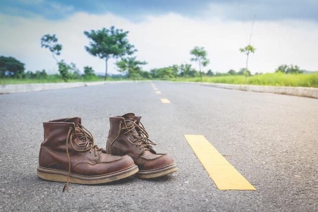 노란 거리 라인 근처 가죽 신발