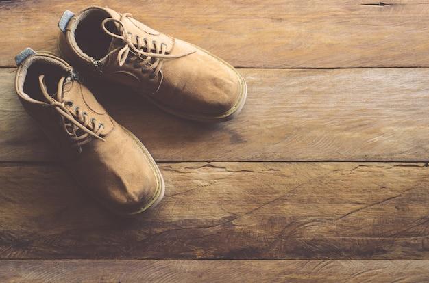 木製の床にレザーシューズ。