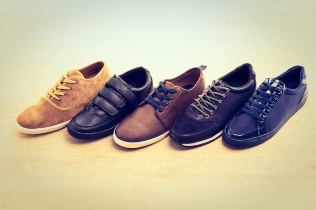 Кожаная обувь на деревянном фоне