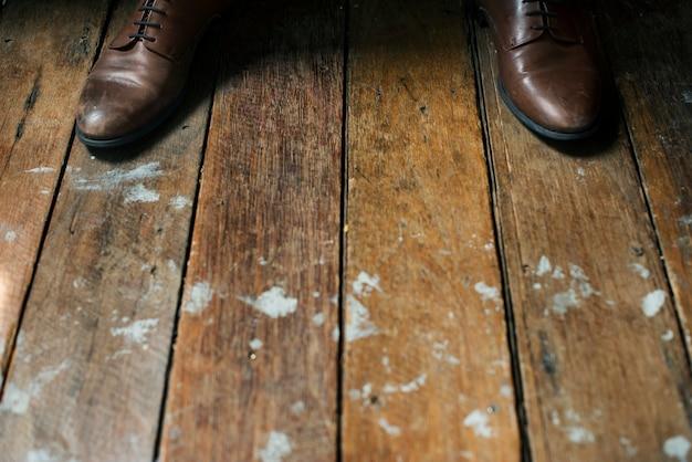 木製の床の革靴
