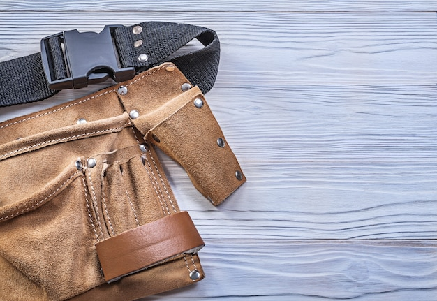 木の板の構造の概念の革のツールベルト。