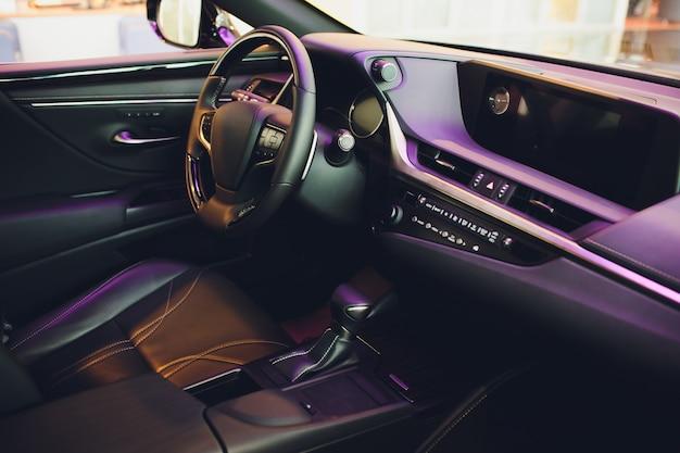 車のモダンなインテリア内部の革張り。