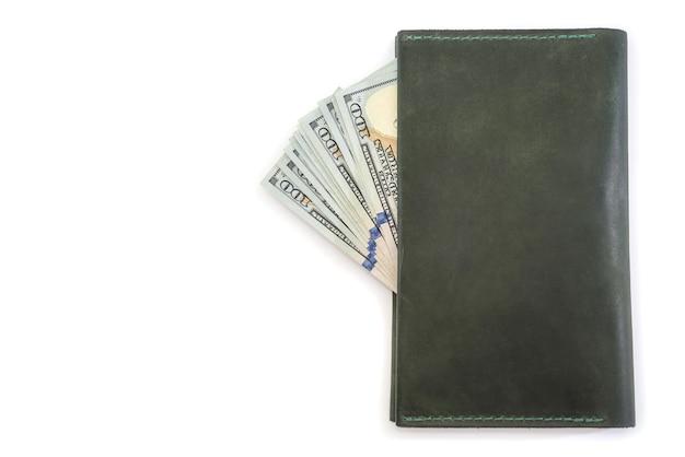 Кожаный бумажник и доллары сша изолированы. скопируйте пространство.