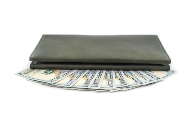 Кожаный бумажник и доллары сша изолированы.