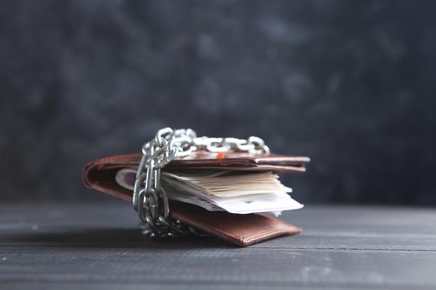 체인으로 마감된 가죽 지갑
