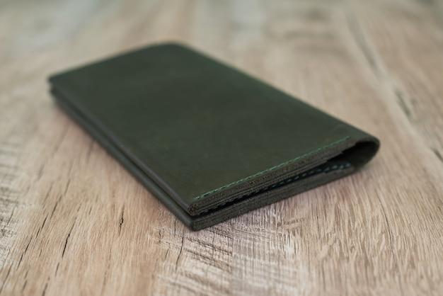 Кожаный кошелек на деревянном столе.