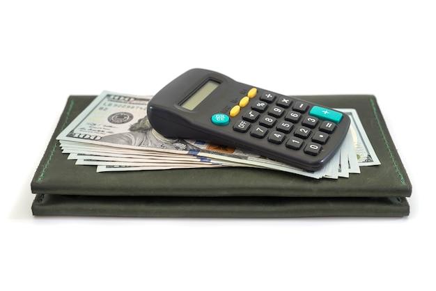 Кожаный бумажник с калькулятором и изолированными долларами сша.