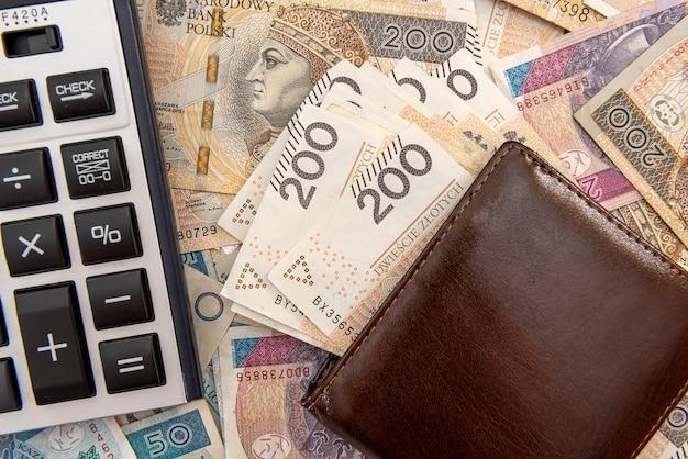 폴란드어 즐 로티 지폐에 계산기와 가죽 지갑. 비즈니스 배경