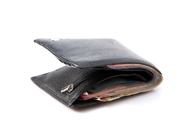 Кожаный кошелек с наличными деньгами счета, банкноты, изолированные на белом фоне.