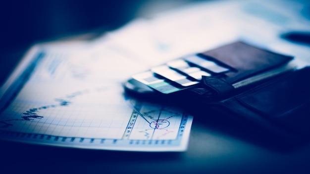 クレジットカードと割引カード付きのレザーウォレット