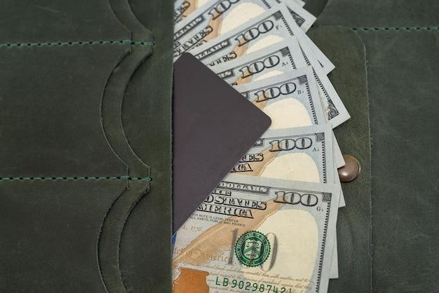 Кожаный кошелек с долларами и кредитной картой внутри. крупный план.