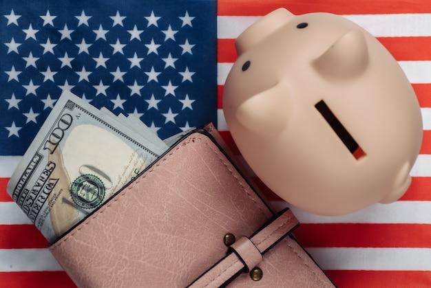 미국 국기의 100 달러 지폐와 돼지 저금통 가죽 지갑
