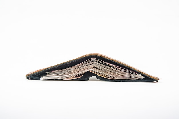 Кожаный кошелек с деньгами, изолированных на белом фоне