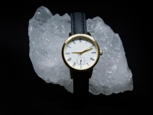 黒の背景にダイヤモンドとレザーの女性の腕時計