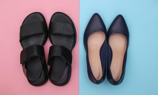 ピンクブルーの背景に革の女性のサンダルとハイヒールの靴。上面図。フラットレイ