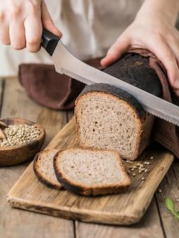 누룩 빵, 대마초를 곁들인 통 곡물 호밀 빵 및 밀가루 혼합