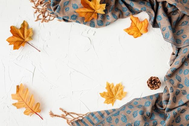 Листья и ткань с копией пространства