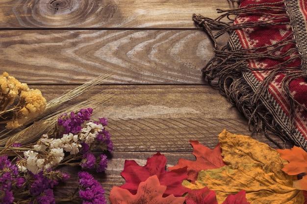 毛布の近くの葉と花