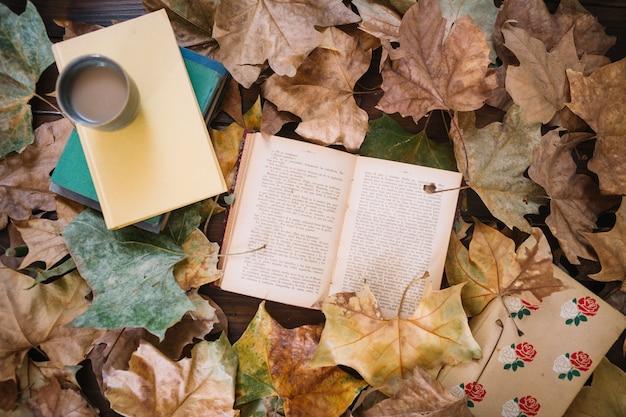 本や飲み物の周りに葉