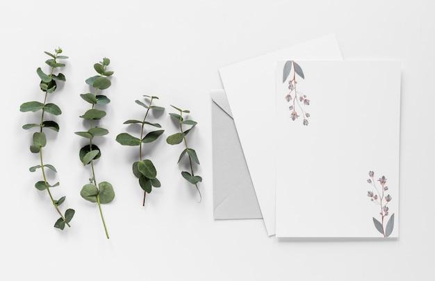 Листья ветвятся возле свадебной открытки