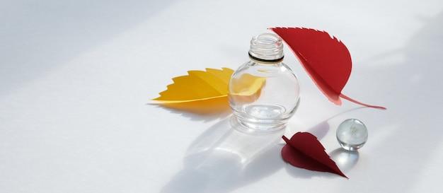 紙の葉は白地に赤、オレンジ、黄色の葉が落ちます。抽象的な秋のコンセプト