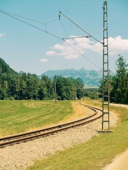 Съезд с железной дороги через красивый панорамный пейзаж, баварские альпы