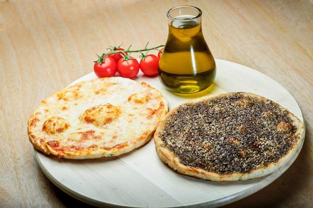 タイムとチーズマナイーシのレバノン料理。