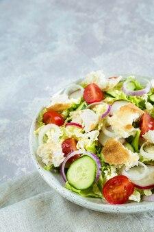 Ливанский салат фаттуш с поджаренным лавашем и овощами в тарелке крупным планом