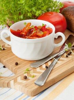 Лечо традиционные венгерские блюда. в белой керамической чашке.