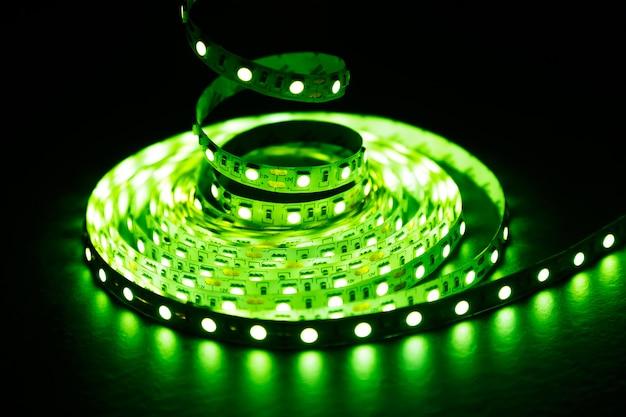緑色光のledダイオードストリップ