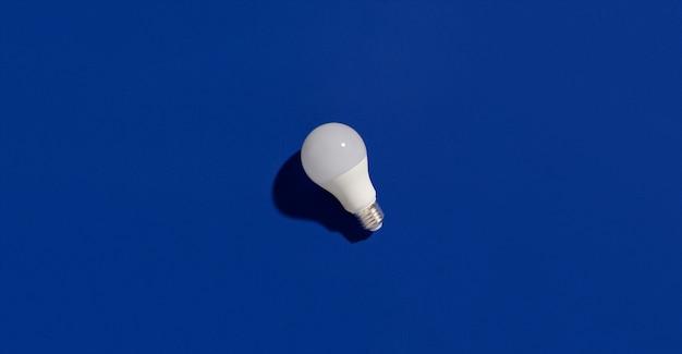 파란색에 led 에너지 절약 전구