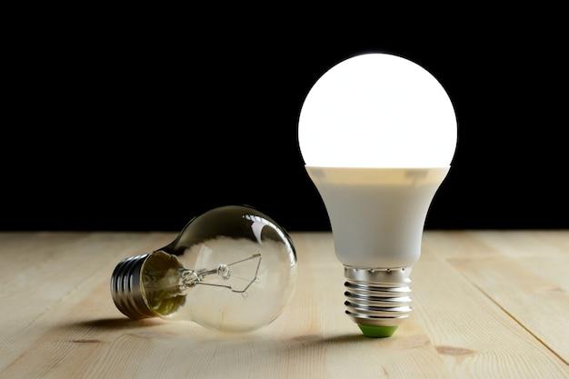 백열등 거짓말 근처 나무 테이블에 서있는 led 램프