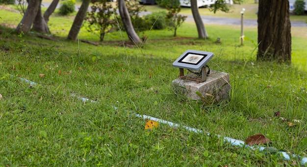 정원의 잔디에 led 조경 조명.