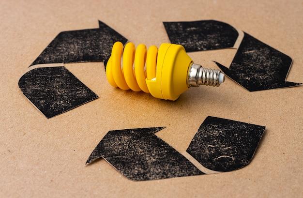 クラフト紙にリサイクルシンボルのled電球