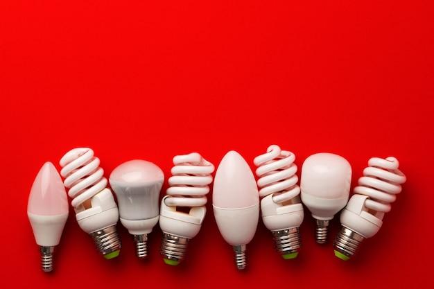 Светодиодные лампочки на красной поверхности, вид сверху