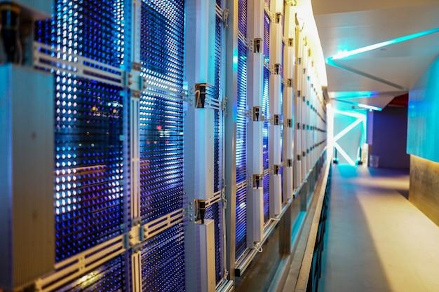 에스컬레이터로 건물 내부에서 외부로 거울 유리벽에 led 패턴 시스템.