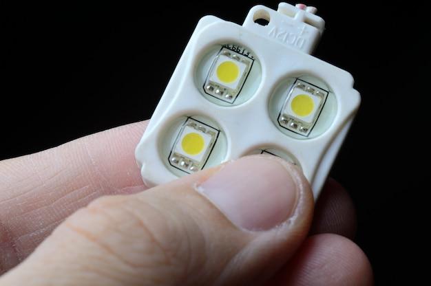 플라스틱 케이스에 4개의 led 점이 있는 led rgb 모듈은 사람의 손가락을 잡아줍니다. 확대