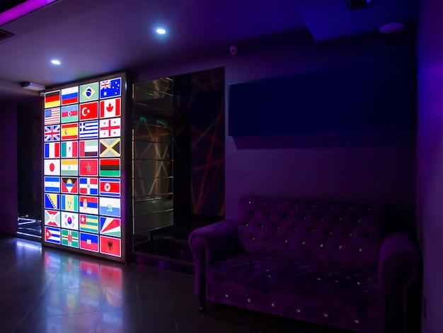世界の国の旗が付いている導かれたスクリーン