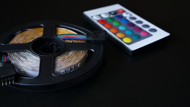 Led 스트립 코일 근접 촬영입니다. 어두운 배경에서 색상을 전환하기 위한 제어판이 있는 다이오드.