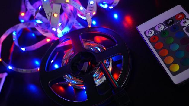 Светодиодная лента фиолетового цвета и панель управления переключением цветов. темный фон