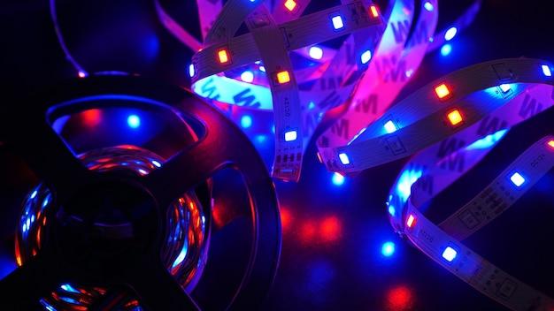 Светодиодная полоса и диодная катушка - фиолетовый свет на черном фоне
