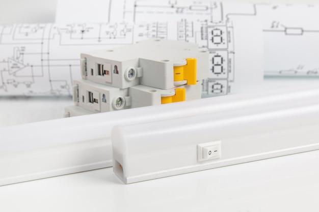 製紙図面上のledランプと回路ブレーカー