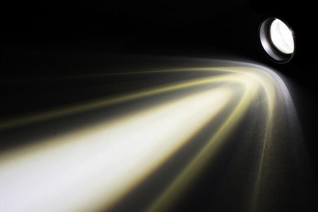 夜間に光線を持つled懐中電灯
