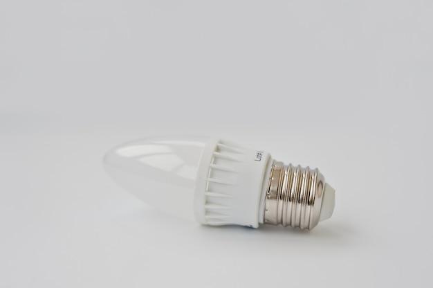 白い背景の上のled電球。