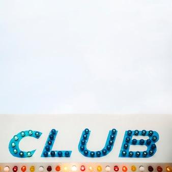 白い背景にクラブが点在するled表示文字
