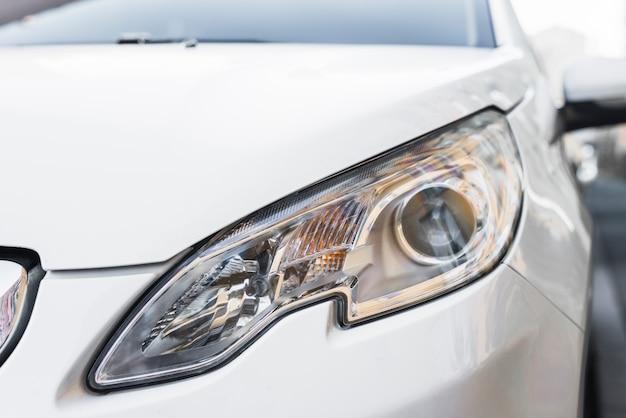 白い自動車のスタイリッシュなledヘッドライト