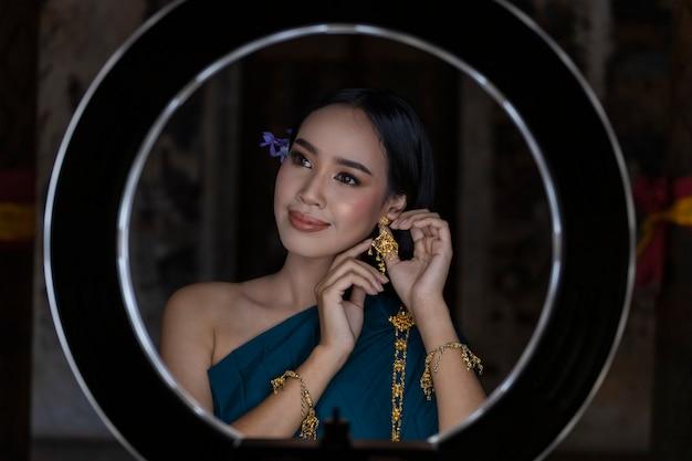 アジアの女性タイは、伝統的なタイ文化を身に着けています。 ledリングメイクアップ女性は美しいです。