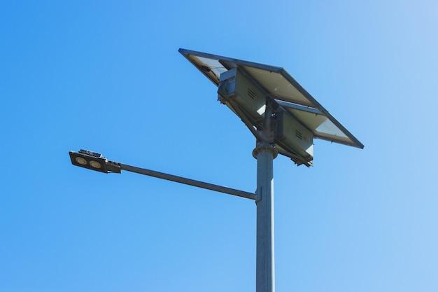 ソーラーパネル付き街路灯。 ledランプの再生可能エネルギー