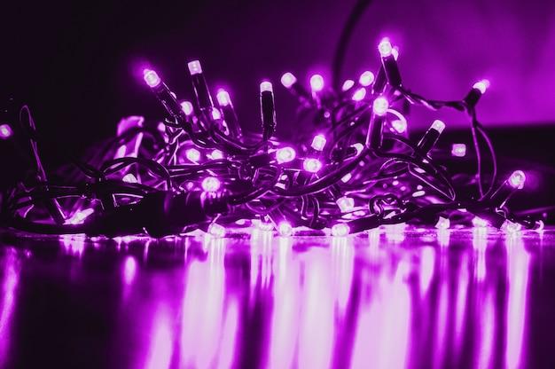 木製のテーブルに輝く紫色のledガーランド
